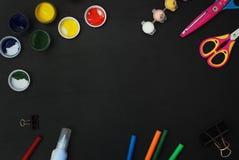 Crayons colorés de tableau en bois de tableau noir coupés par laser de lettres d'ABC de fournitures scolaires, peinture, ciseaux photographie stock libre de droits