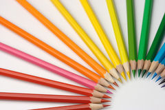 crayons colorés disposés de couleurs Image libre de droits