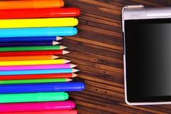 Crayons colorés, et le plat sur un fond en bois Images stock