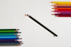 Crayons colorés et noirs et blancs au contraire photo libre de droits