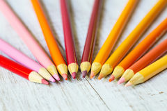 Crayons colorés oranges et jaunes rouges Photo libre de droits