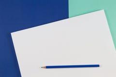 Crayons colorés par bleu sur le fond bleu de couleur Photo libre de droits