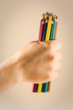 Crayons colorés par participation de main Image libre de droits