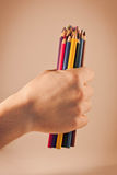 Crayons colorés par participation de main Images libres de droits