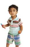 crayons colorés retenant l'enfant en bas âge photo libre de droits