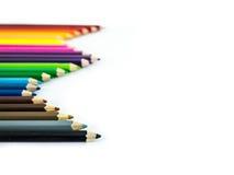 Crayons colorés rouges, bleus, jaunes sur le fond blanc Photographie stock
