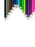 Crayons colorés rouges, bleus, jaunes sur le fond blanc Image stock