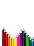 Crayons colorés rouges, bleus, jaunes sur le fond blanc Photographie stock libre de droits