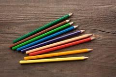 Crayons colorés sur la table en bois images libres de droits