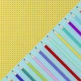 Crayons colorés sur le contraste bleu et jaune de modèle de point de couleur illustration stock