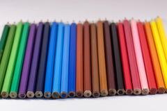 crayons colorés sur le fond blanc Photos stock