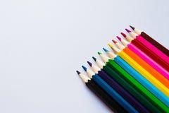 Crayons colorés sur le fond blanc, angle Photographie stock libre de droits