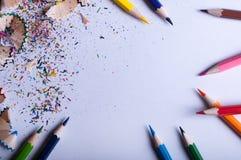 Crayons colorés sur le livre blanc Photos stock