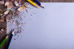 Crayons colorés sur le livre blanc Image stock