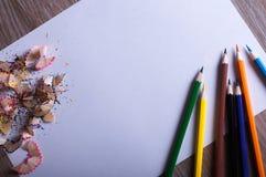 Crayons colorés sur le livre blanc Photos libres de droits