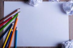 Crayons colorés sur le livre blanc de nouveau au concept d'école - feuille de Images libres de droits