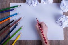 Crayons colorés sur le livre blanc de nouveau au concept d'école - ` s d'enfant Photographie stock