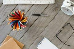 Crayons colorés sur le Tableau en bois dans un concepteur Home Office photo stock