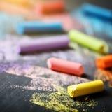 Crayons colorés sur le tableau noir, dessinant De nouveau au fond d'école (EPS+JPG) Image libre de droits