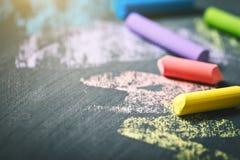 Crayons colorés sur le tableau noir, dessinant De nouveau au fond d'école (EPS+JPG) Images libres de droits