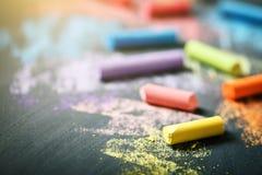 Crayons colorés sur le tableau noir, dessinant De nouveau au fond d'école (EPS+JPG) Photographie stock libre de droits