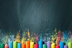 Crayons colorés sur le tableau noir, dessinant De nouveau au fond d'école (EPS+JPG) Photo libre de droits
