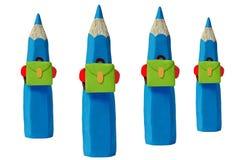 Crayons colorés sur leur chemin à l'école Images stock