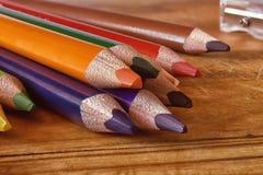 Crayons colorés sur une surface en bois image libre de droits