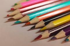 Crayons colorés sur une table macro concept d'art Image libre de droits