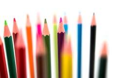 Crayons color?s sur le fond blanc image stock