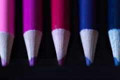 Crayons - crayon coloré réglé lâchement disposé - sur le fond blanc Images libres de droits