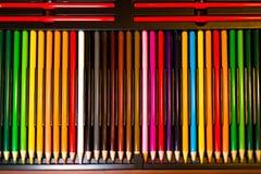 Crayons - crayon coloré réglé lâchement disposé - sur le fond blanc photographie stock libre de droits