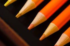 Crayons - crayon coloré réglé lâchement disposé - sur le fond blanc photos stock