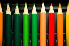 Crayons - crayon coloré réglé lâchement disposé - sur le fond blanc Image libre de droits