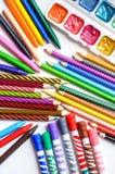 Crayons, crayons, marqueurs et peintures colorés sur le fond blanc Images stock