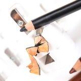Crayons d'affûteuse et de maquillage avec la cosse Images libres de droits