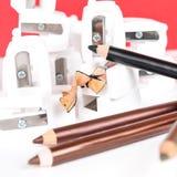 Crayons d'affûteuse et de maquillage avec la cosse Photographie stock libre de droits