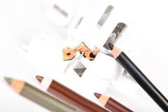 Crayons d'affûteuse et de maquillage avec la cosse Photographie stock