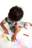 crayons d'art produisant le travail d'enfant en bas âge photographie stock