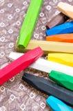Crayons d'huile avec des couleurs lumineuses étroites sur une feuille de papier de décoration Photographie stock