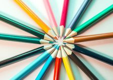 crayons d'isolement colorés images stock