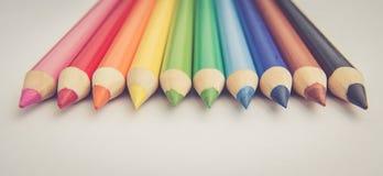 Crayons dans des couleurs primaires sur le fond blanc Photos stock