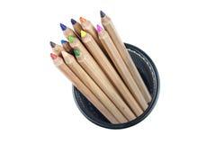 Crayons dans l'organisateur de bureau de bureau Photographie stock libre de droits