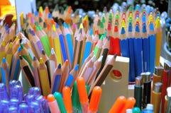 Crayons dans la librairie Photographie stock