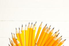 crayons dans la tasse en métal d'isolement sur le blanc Photographie stock libre de droits