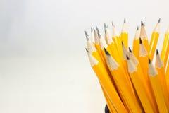 crayons dans la tasse en métal d'isolement sur le blanc Photos libres de droits