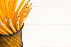 crayons dans la tasse en métal d'isolement sur le blanc Images libres de droits