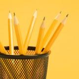 Crayons dans le support. Photos libres de droits