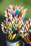 Crayons dans le support de crayon Photos libres de droits