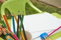 Crayons dans une cuvette sur le bord de la table photographie stock libre de droits